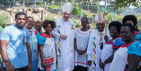 Bishop Tim Harris and Cardinal John Ribat with Port Moresby locals (Neil Helmore)