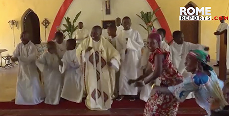 Fr Lucien Ambunga celebrates Mass after recovering from Ebola (Rome Reports)