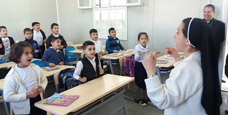 Archive image of a Dominican sister with school children in Iraq (ACN)