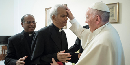 Pope Francis blesses Fr Tom Uzhunnalil (CNS/LOsservatore Romano)