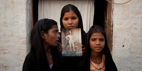 Asia Bibi's daughers with a photo of their mother (CNS/Adrees Latif, Reuters)