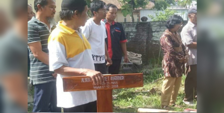 Albertus Slamet Sugihardi's burial cross with the upper part removed (ucanews.com)