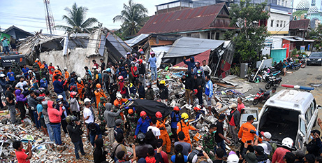 Rescue workers in Sulawesi following the second earthquake (CNS/Sigid Kurniawan, Antara Foto via Reuters)