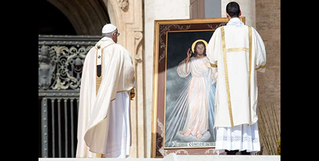 Pope Francis stands before the image of Divine Mercy, April 8, 2018 (CNA/Daniel Ibanez)