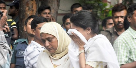 Relatives of a hostage weep near Holey Artisan Bakery in Gulshan, Dhaka/ucanews.com