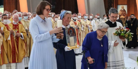 Sister Nulla carries the relics of Cardinal Stefan Wyszyński in Warsaw on Sunday. (Archdiocese of Warsaw/Polish Bishops Conference/W. Laczynski)