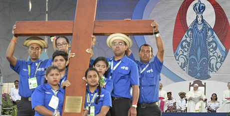 Young people with the World Youth Day cross in Panama in January 2019 (CNA/Vatican Media)
