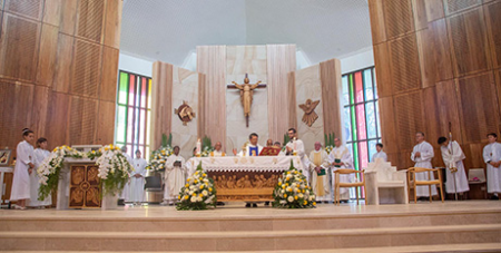 Bishop Vincent Long and concelebrating priests during the dedication ceremony of the new church in Kenthurst (Parramatta Diocese/Mary Brazell)