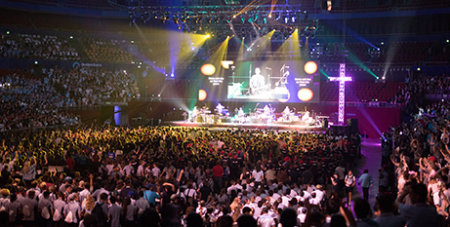 Matt Maher leads praise and worship at ACYF (Sydney Archdiocese/ACBC)