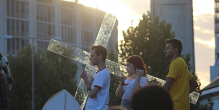 Pilgrims carry a cross at the closing Mass of the Australian Catholic Youth Festival in Perth yesterday (ACBC)